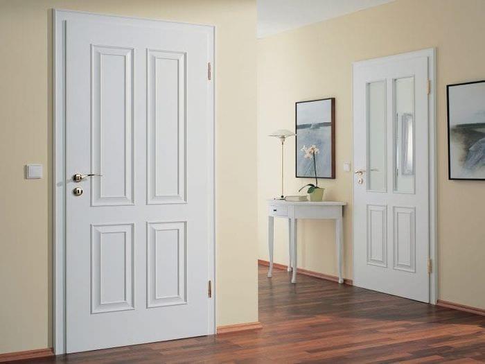 Широкие белые двери в интерьере в сочетании с бежевыми стенами