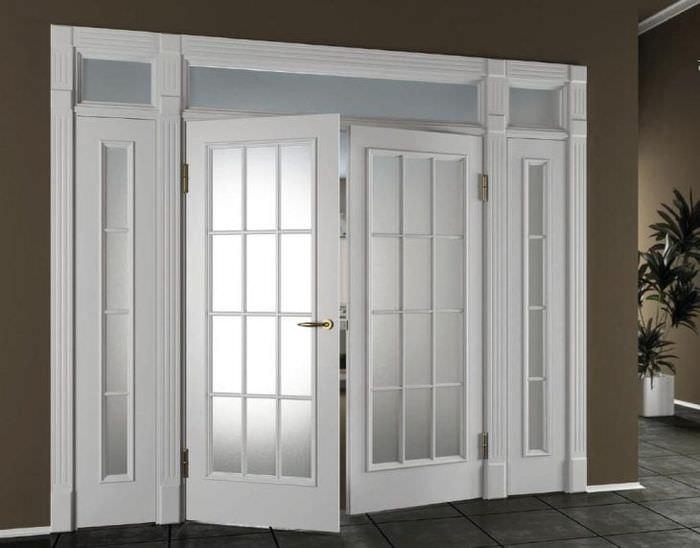 Двустворчатые светлые межкомнатные двери в сочетании с темными стенами