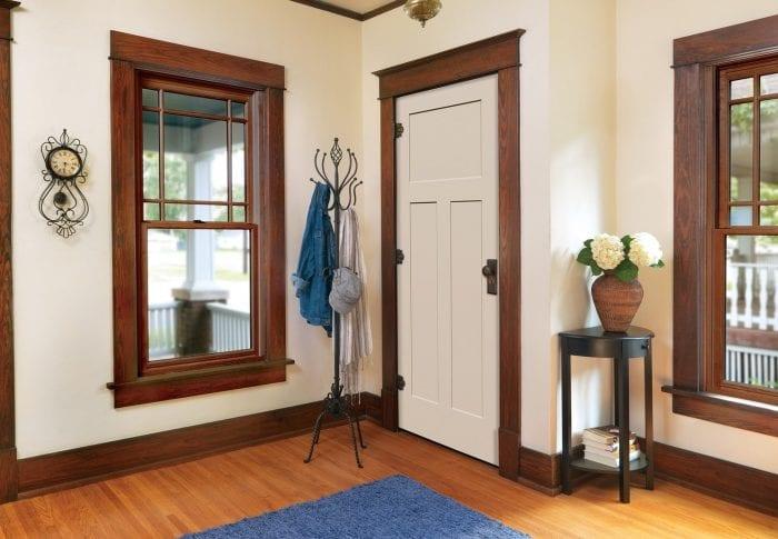 Белая дверь в интерьере с темными наличниками