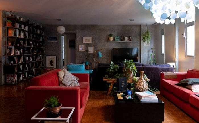 Обои серого цвета в гостиной с яркой мебелью