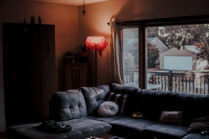 Серый угловой диван в гостиной частного дома