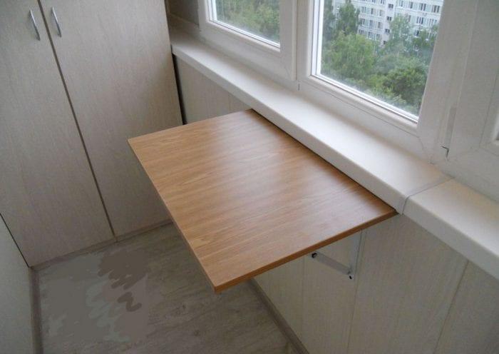 Стол на стене