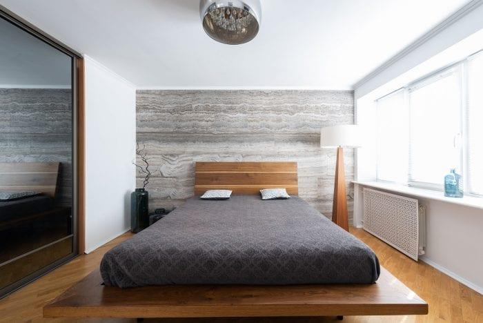 Минималистичная люстра в спальне